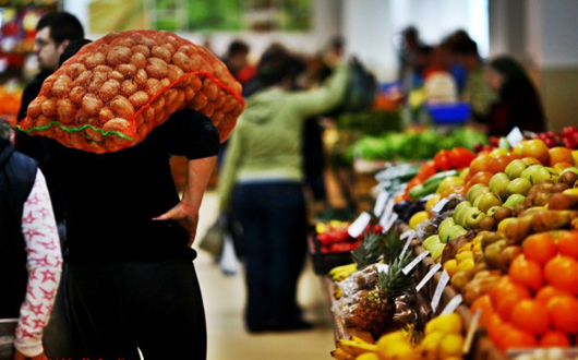 comerciant-cartofi-piata-fructe-legume