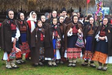 """Sute de colindatori la Muzeul Satului. Zamfir Ciceu: """"Aici este cel mai frumos Craciun"""" (FOTO&VIDEO)"""