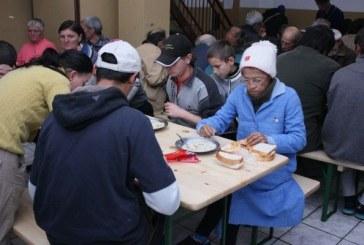 Baia Mare: Zeci de oameni ai strazii, dusi la azilul de noapte pentru a fi feriti de ger