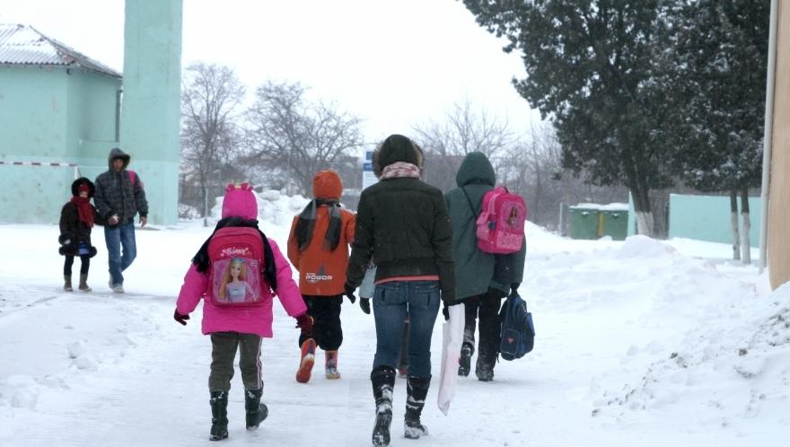 elevi scoala iarna