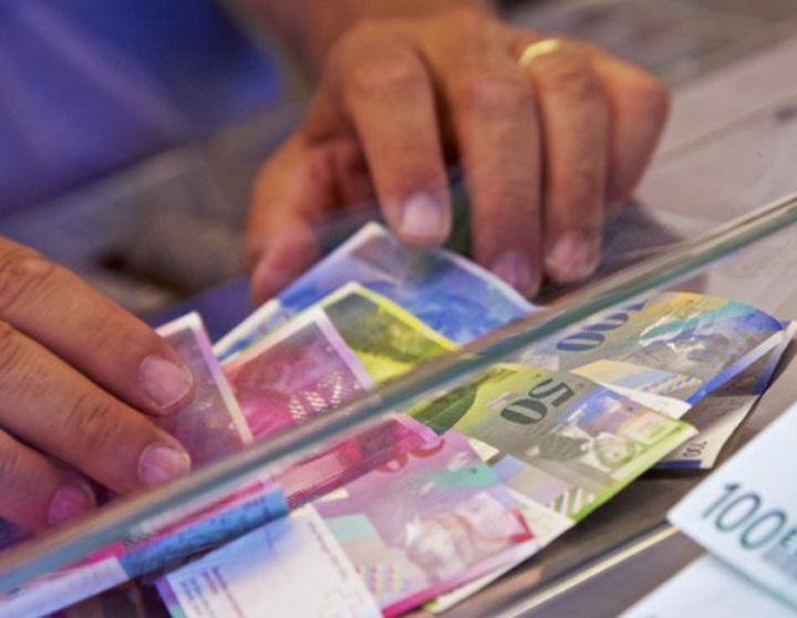 plata-franci-elvetieni-la-banca
