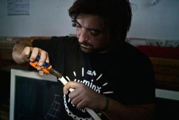 Biciclistul care vrea sa lumineze toata Romania a adus electricitate la o scoala din Maramures