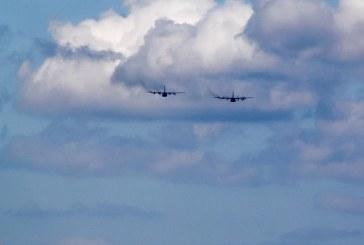 Doua avioane militare, surprinse deasupra orasului Baia Mare