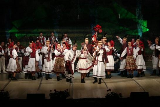 """INEDIT: Paula Seling alaturi de Ansamblul """"Transilvania"""" intr-un concert de pricesne"""