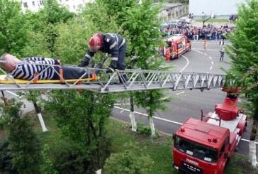 """Exercitiu in caz de cutremur la Liceul """"Emil Racovita"""" din Baia Mare"""