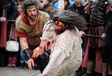 Parodia rastignirii lui Hristos in Baia Mare, un spectacol grotesc si blasfemic