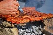 Toxinele din fumul de gratar pot fi absorbite prin piele