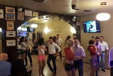 Dansatorii Bachata Feeling au facut show in pub-ul La Moustache
