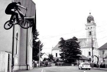 Cascadorie spectaculoasa realizata de un tanar baimarean cu bicicleta