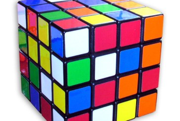Un copil din China a uimit audienta TV din Australia rezolvand trei cuburi Rubik simultan