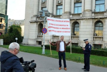 Un fost politist maramuresean, protest in fata MAI