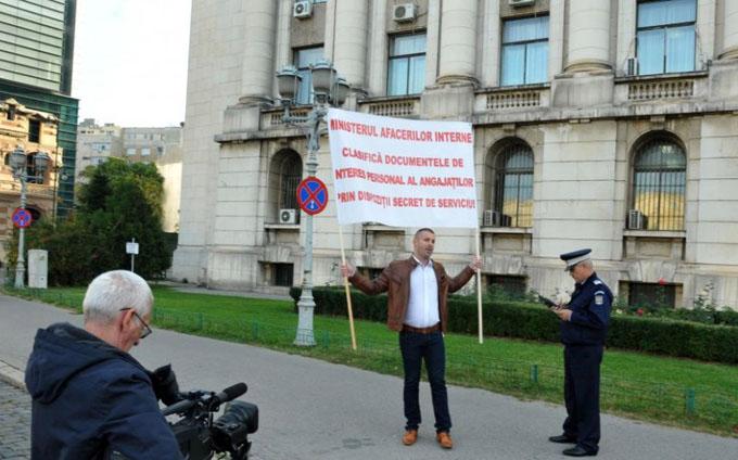 Nicolae-Lucaciu-protesteaza-in-fata-MAI-2-989x580