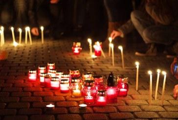 Baimarenii au aprins lumanari in memoria celor care si-au pierdut viata in Colectiv