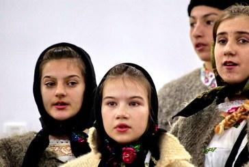 Colindatorii de la Cernesti, spectacol de Sarbatori, in noul Centru Cultural al comunei