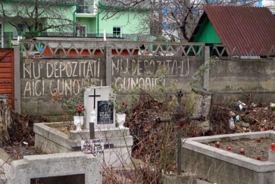 Dezolant: Mormane de gunoaie in cimitirul Horea 1 din Baia Mare (FOTO)