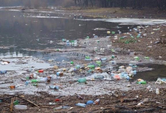 Barajul de la Firiza, plin de gunoaie. Baimarenii sunt revoltati si cer autoritatilor sa ia masuri