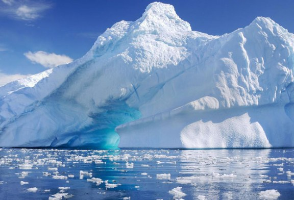 Un aisberg de dimensiunea orasului Sydney s-a desprins din Antarctica