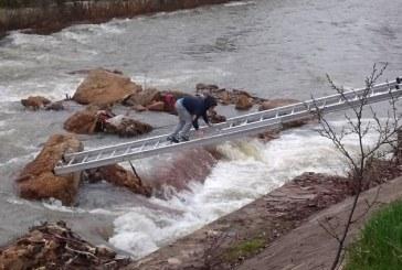 Pompierii au salvat un copil din raul Sasar (FOTO)