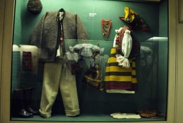 """Expozitie de costume populare: """"De la fir la costum"""""""