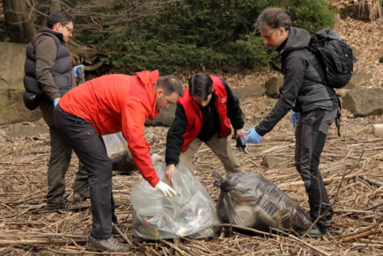 Tinerii au fost primii care s-au alaturat actiunii de ecologizare organizata de Cristian Niculescu Tagarlas la baraj (FOTO)