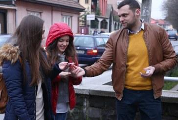 Promotorii faptelor bune au daruit martisoare liceenilor din Baia Mare (VIDEO)
