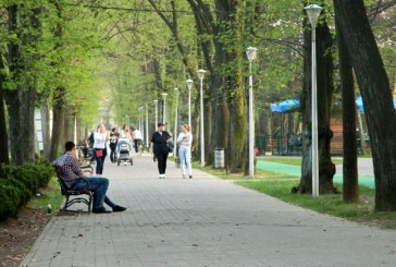 Temperaturile de vara i-au scos pe baimareni in Parcul Municipal (FOTO)
