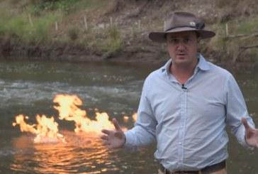 Un politician australian a dat foc unui rau pentru a denunta fracturarea hidraulica