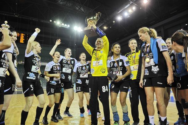 Jucatoarele echipei CSM Bucuresti pozeaza cu trofeul si medaliile la finalul meciului de handbal feminin contra echipei HCM Roman din finala turneului Final4 al Cupei Romaniei, disputat la Sala Polivalenta din Cluj- Napoca, sambata, 21 mai 2016. CSM Bucuresti a invins cu scor 32-24 pe HCM Roman, in finala Cupei Romaniei la handbal feminin, iar echipa antrenata de danezul Kim Rasmussen a reusit castigarea campionatului, Cupei Romaniei si Ligii Campionilor. DAN HORIA TAUTAN / MEDIAFAX FOTO