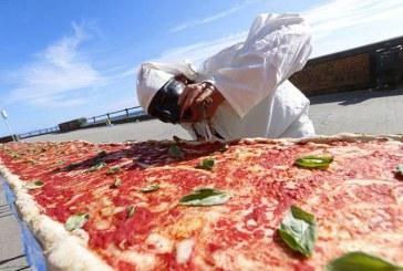 Cea mai lunga pizza din lume, de 1,8 km, a fost realizata la Napoli