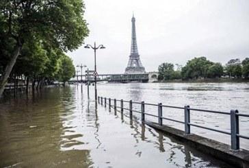 De la cititori: Parisul, sub ape (FOTO)