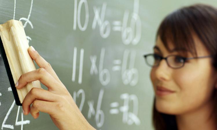 profesor-catedra-tabla-sala-de-clasa-scoala