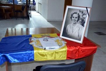 Carte de condoleante in memoria Majestatii Sale Regina Ana, amplasatain holul Palatului Administrativ
