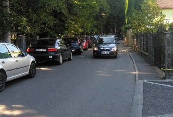 De la cititori: Cum isi parcheaza masinile baimarenii care frecventeaza Parcul Municipal