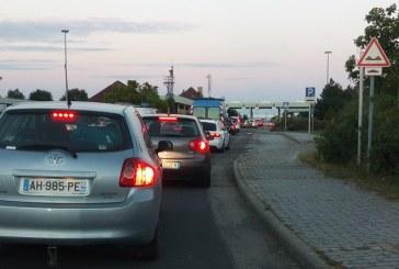 Ca in anii '90. Sute de masini blocate la Vama Petea (FOTO)