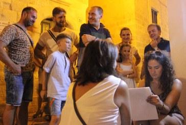 Artisti in strada: O maramureseanca impresioneaza turistii din Italia cu caricaturi in strada