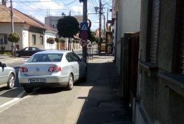 De la cititori: Masinile parcate pe trotuar ingreuneaza traficul intr-o intersectie din Baia Mare