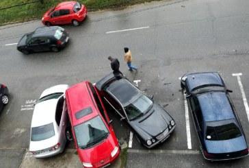 De la cititori: Un BMW a intrat in mai multe masini dintr-o parcare (FOTO)
