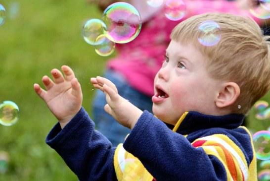 Ministerul Sanatatii: Copiii diagnosticati cu sindromul Down vor beneficia de insotitor