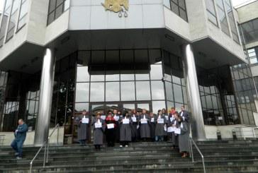 Protest al grefierilor in fata Tribunalului Maramures (FOTO)