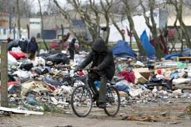 """Jungla"" din Calais: Dezafectarea propriu-zisa a taberei a inceput"