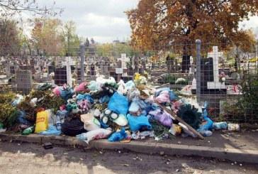 Baia Mare: Cimitirele, ingropate de gunoaie. Parohiile care incaseaza bani pentru salubrizare arunca deseurile in strada