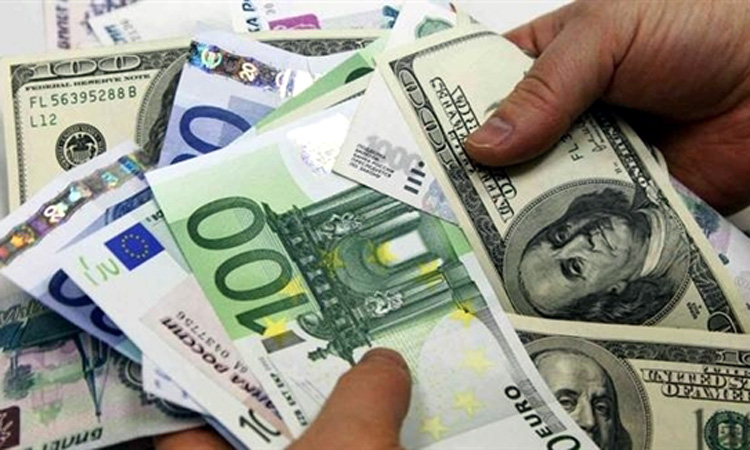 Euro nu se dezlipeste de 4,52 lei