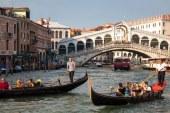 Venetia – Doi turisti, amendati cu 950 de euro pentru ca si-au facut o cafea la baza podului Rialto