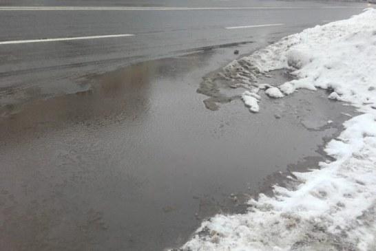 FOTO A trecut sezonul gheturilor, a venit sezonul cizmelor de guma in Baia Mare