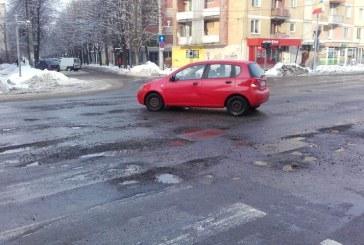 FOTO Au trecut zapezile, au ramas craterele pe drumurile din Baia Mare