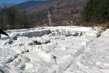 Pod de gheata pe raul Iza. Fenomenele de iarna sunt prezente pe cursul principalelor rauri din Maramures