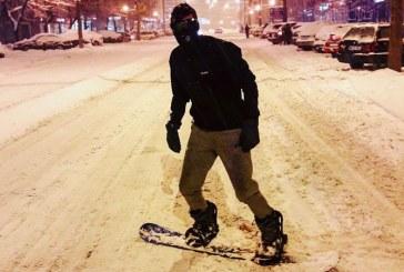"""Efectele """"Iernii Baimarene"""": Snowboarding pe strazile orasului"""