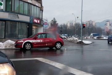 De la cititori: A parcat masina langa semaforul din intersectie