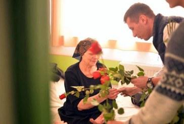 Un trandafir si un zambet pentru pacientele Sectiei Oncologie si Diabet, oferite cu drag de tinerii social-democrati baimareni