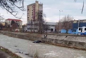UPDATE: Un autoturism a cazut in raul Sasar